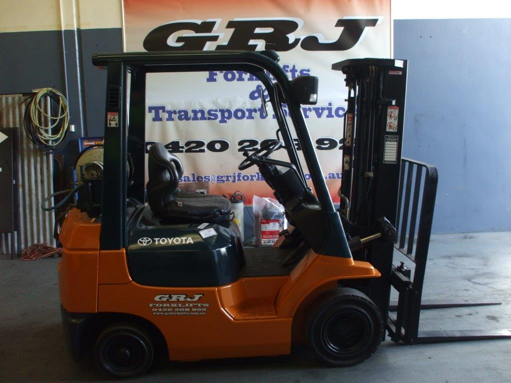Toyota 1.8 tonne 4.3 meter, three stage mast forklift for hire Melbourne